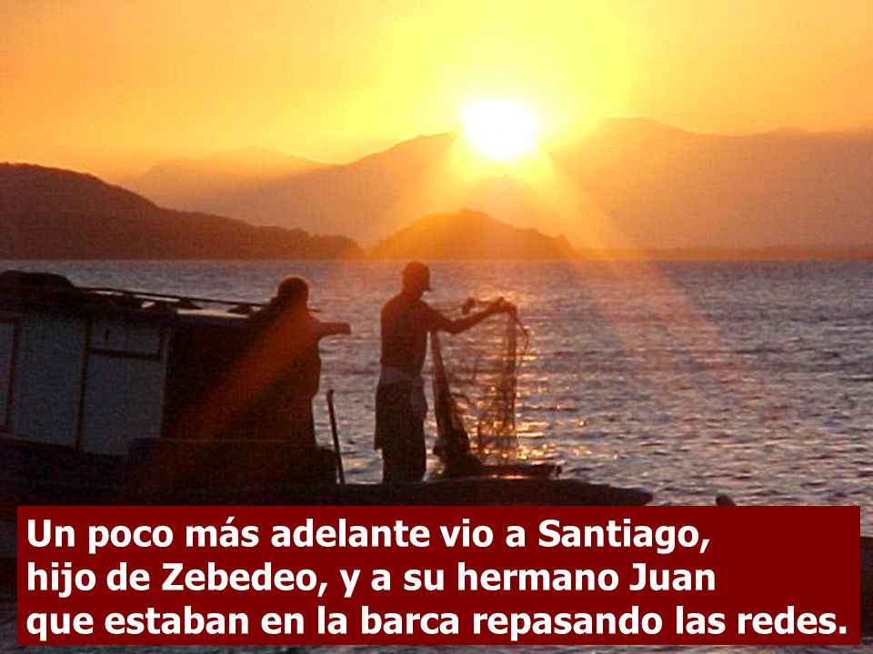 Un poco más adelante vio a Santiago, hijo de Zebedeo, y a su hermano Juan que estaban en la barca repasando las redes.