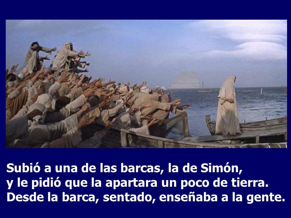 Subió a una de las barcas, la de Simón, y le pidió que la apartara un poco de tierra.