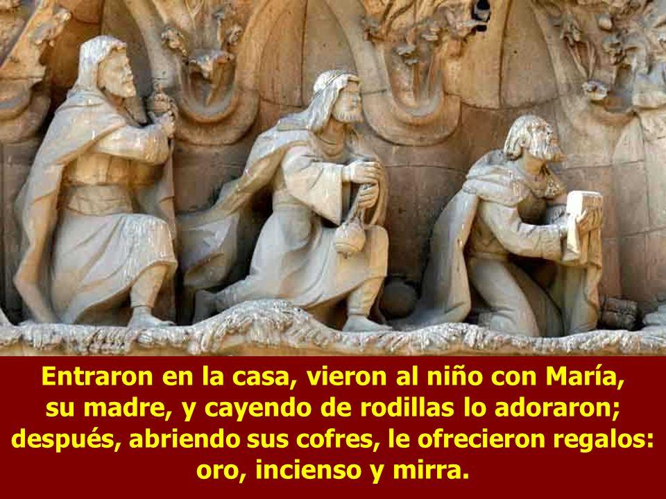 Entraron en la casa, vieron al niño con María, su madre, y cayendo de rodillas lo adoraron; después, abriendo sus cofres, le ofrecieron regalos: oro, incienso y mirra.