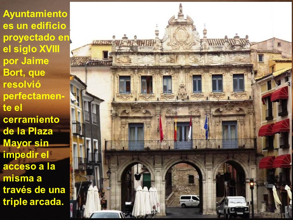 Ayuntamientoes un edificio proyectado en el siglo XVIII por Jaime Bort, que resolvió perfectamen-te el cerramiento de la Plaza Mayor sin impedir el acceso a la misma a través de una triple arcada.