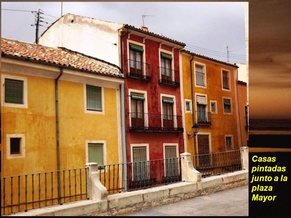 Casas pintadas junto a la plaza Mayor