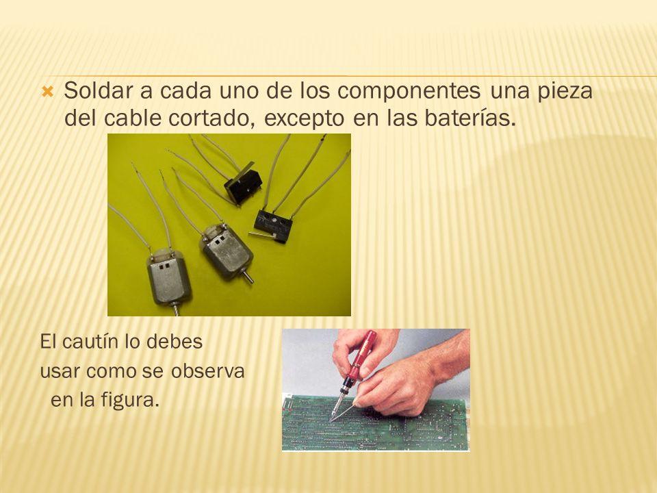 Soldar a cada uno de los componentes una pieza del cable cortado, excepto en las baterías.