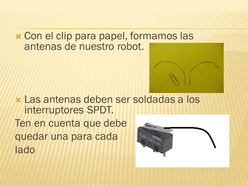 Con el clip para papel, formamos las antenas de nuestro robot.