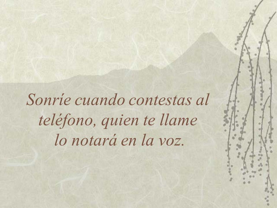 Sonríe cuando contestas al teléfono, quien te llame lo notará en la voz.