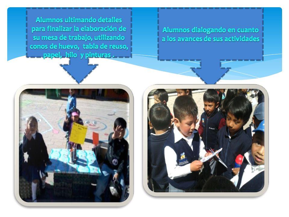 Alumnos dialogando en cuanto a los avances de sus actividades