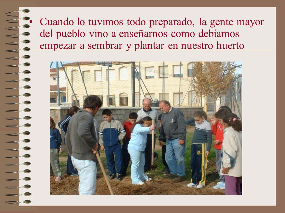 Cuando lo tuvimos todo preparado, la gente mayor del pueblo vino a enseñarnos como debíamos empezar a sembrar y plantar en nuestro huerto
