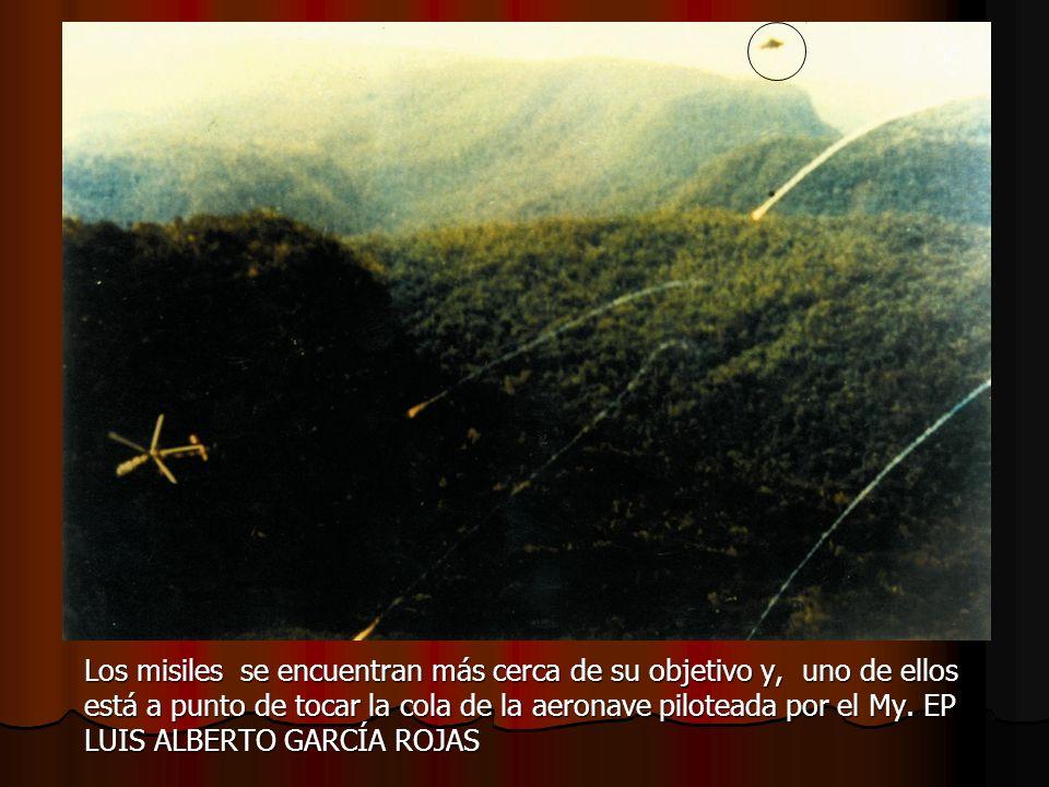 Los misiles se encuentran más cerca de su objetivo y, uno de ellos está a punto de tocar la cola de la aeronave piloteada por el My.
