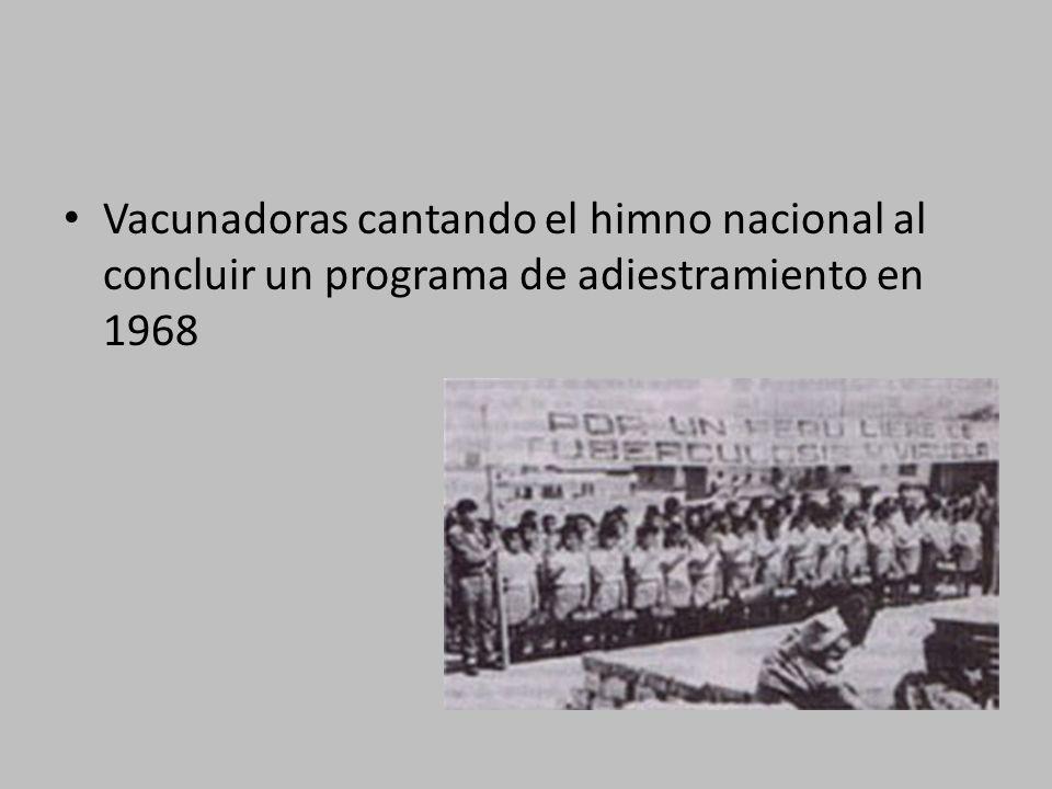 Vacunadoras cantando el himno nacional al concluir un programa de adiestramiento en 1968
