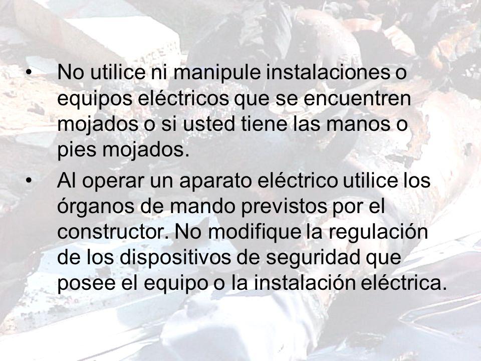 No utilice ni manipule instalaciones o equipos eléctricos que se encuentren mojados o si usted tiene las manos o pies mojados.