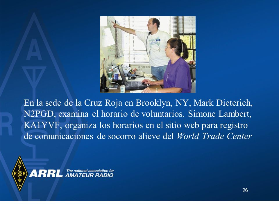 En la sede de la Cruz Roja en Brooklyn, NY, Mark Dieterich, N2PGD, examina el horario de voluntarios.