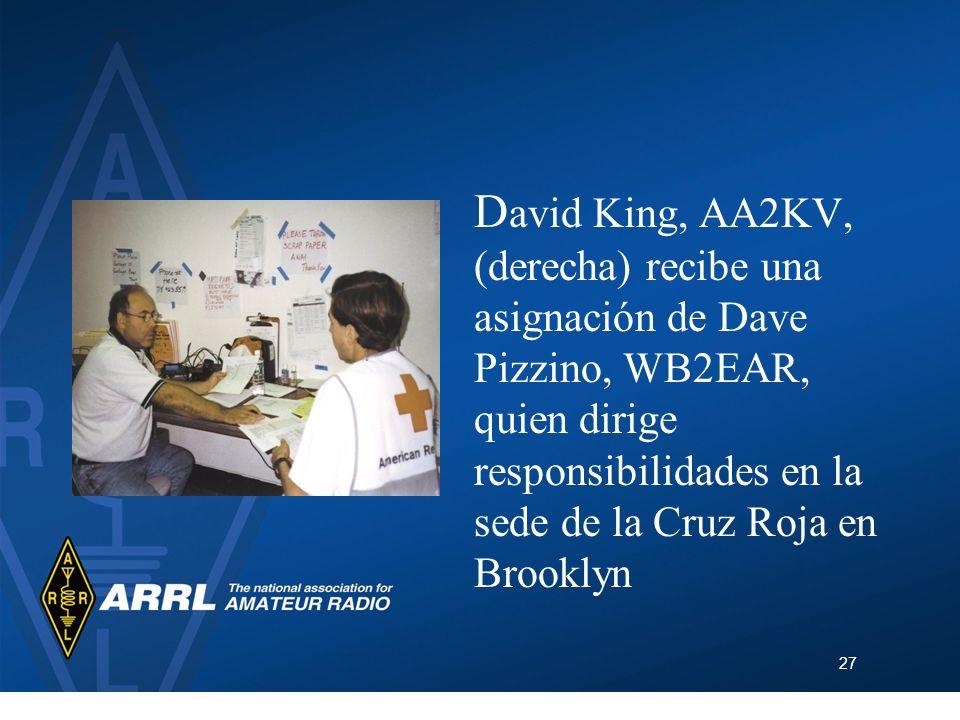 David King, AA2KV, (derecha) recibe una asignación de Dave Pizzino, WB2EAR, quien dirige responsibilidades en la sede de la Cruz Roja en Brooklyn