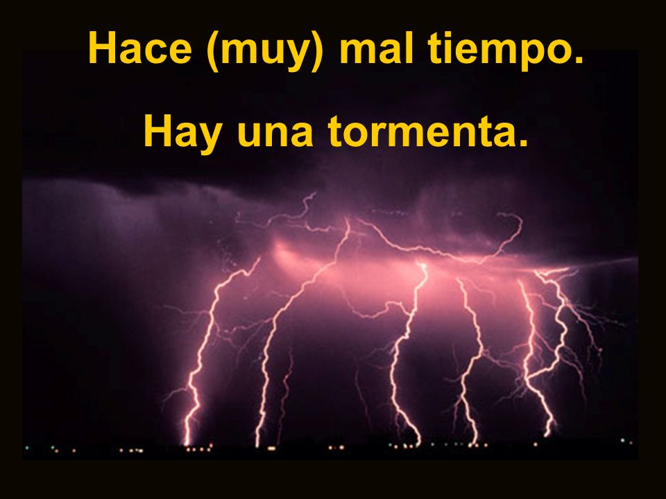 Hace (muy) mal tiempo. Hay una tormenta.