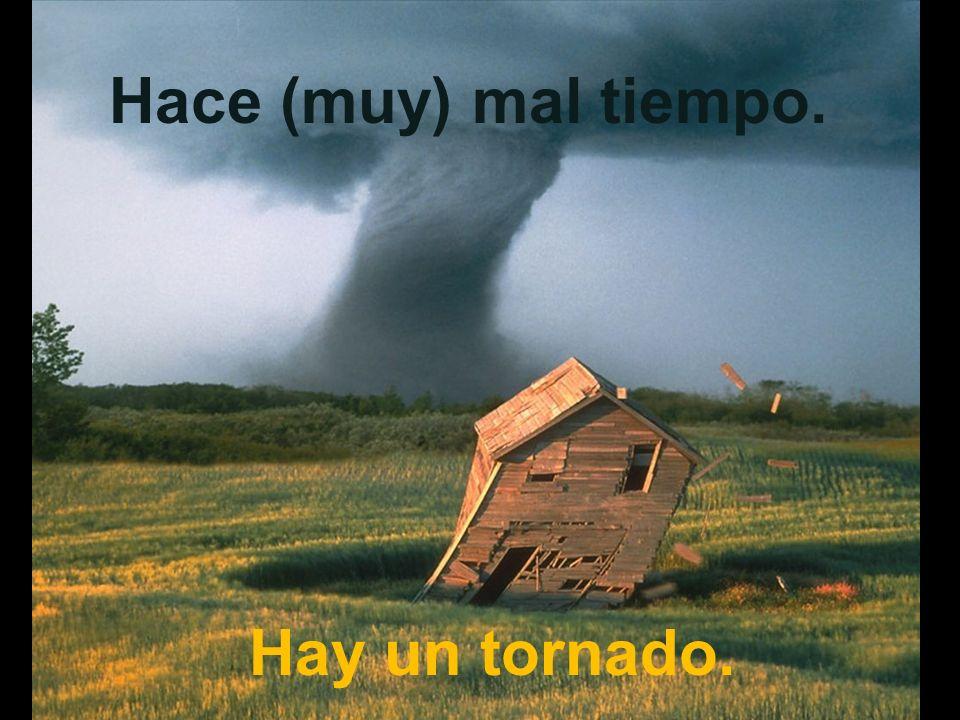 Hace (muy) mal tiempo. Hay un tornado.