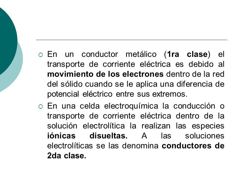 En un conductor metálico (1ra clase) el transporte de corriente eléctrica es debido al movimiento de los electrones dentro de la red del sólido cuando se le aplica una diferencia de potencial eléctrico entre sus extremos.