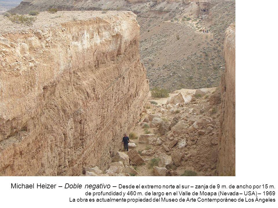 Michael Heizer – Doble negativo – Desde el extremo norte al sur – zanja de 9 m. de ancho por 15 m. de profundidad y 460 m. de largo en el Valle de Moapa (Nevada – USA) – 1969