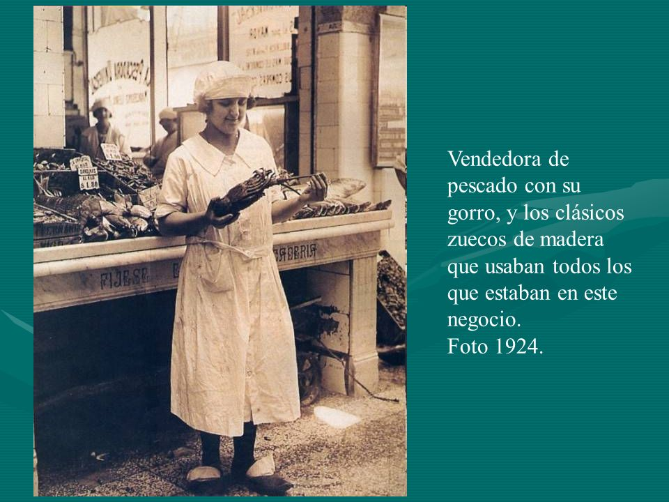 Vendedora de pescado con su gorro, y los clásicos zuecos de madera que usaban todos los que estaban en este negocio.