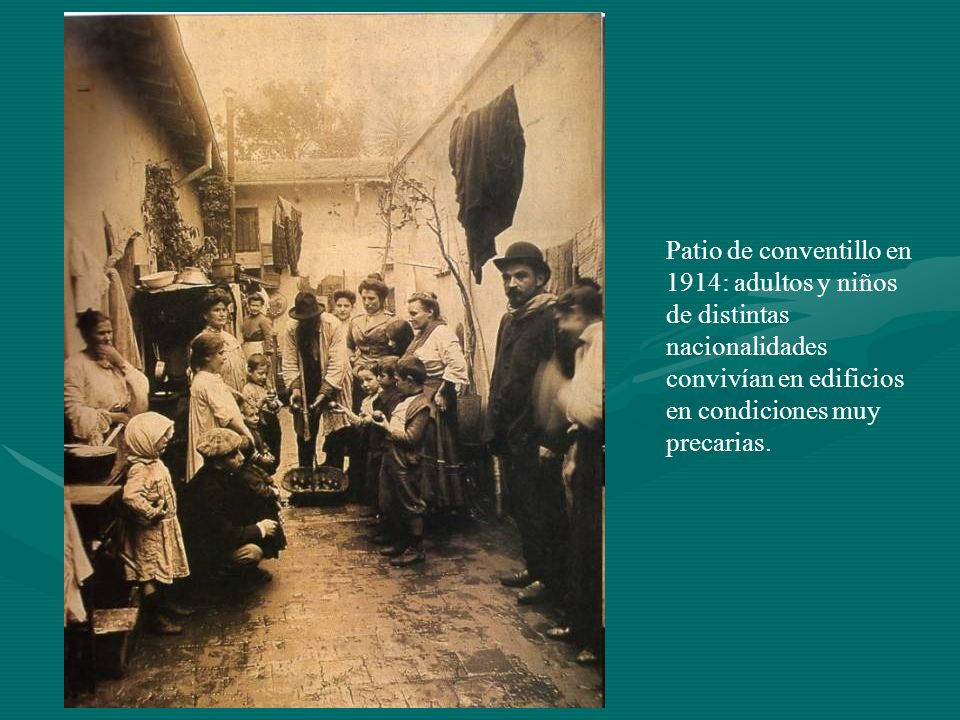 Patio de conventillo en 1914: adultos y niños de distintas nacionalidades convivían en edificios en condiciones muy precarias.