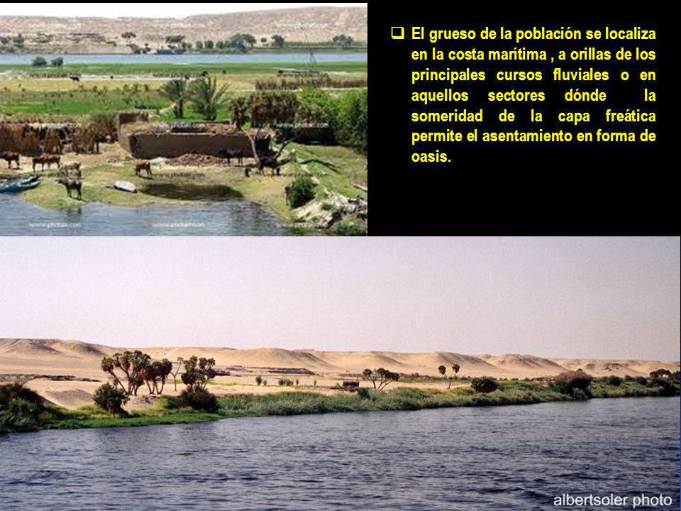El grueso de la población se localiza en la costa marítima , a orillas de los principales cursos fluviales o en aquellos sectores dónde la someridad de la capa freática permite el asentamiento en forma de oasis.