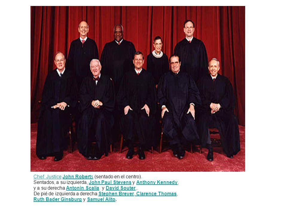 Chef Justice John Roberts (sentado en el centro).