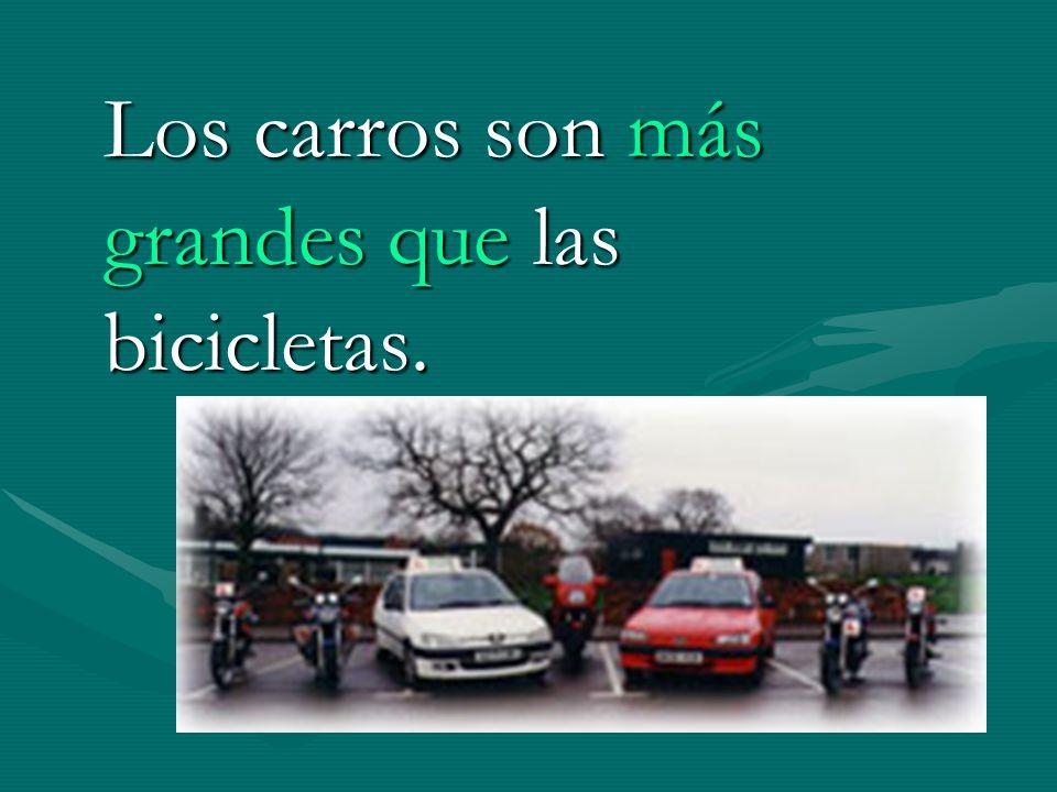 Los carros son más grandes que las bicicletas.