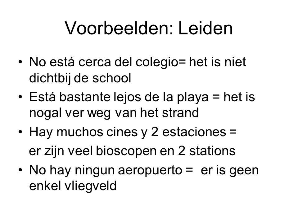 Voorbeelden: Leiden No está cerca del colegio= het is niet dichtbij de school. Está bastante lejos de la playa = het is nogal ver weg van het strand.