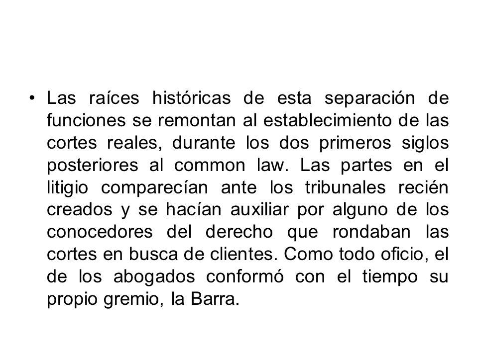 Las raíces históricas de esta separación de funciones se remontan al establecimiento de las cortes reales, durante los dos primeros siglos posteriores al common law.