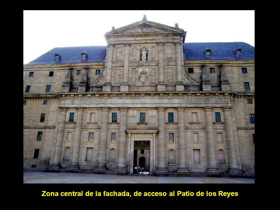Zona central de la fachada, de acceso al Patio de los Reyes