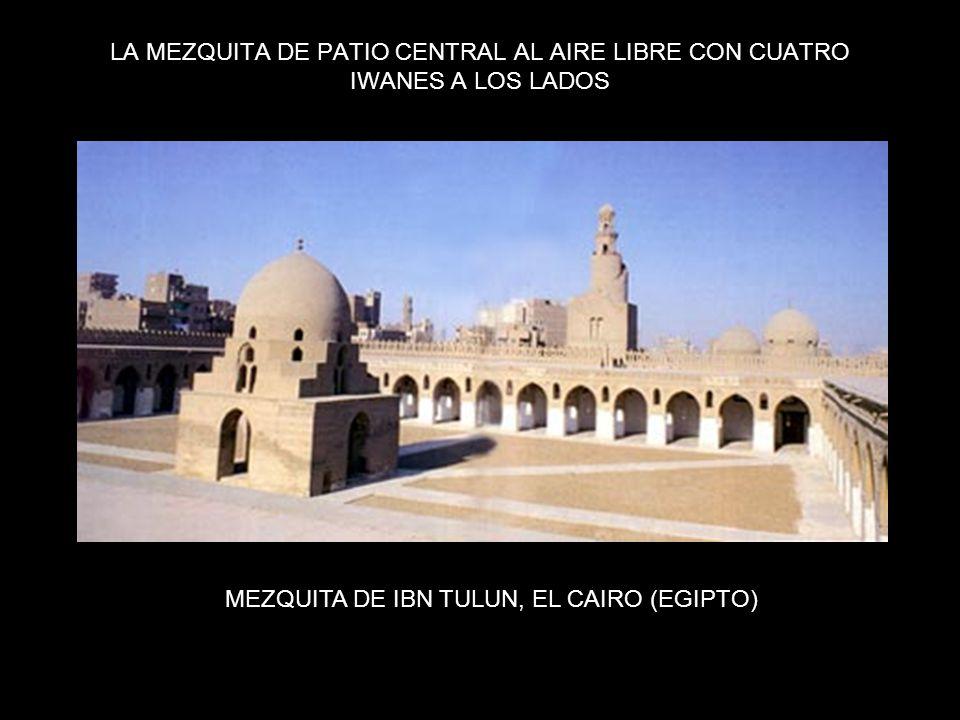 LA MEZQUITA DE PATIO CENTRAL AL AIRE LIBRE CON CUATRO IWANES A LOS LADOS