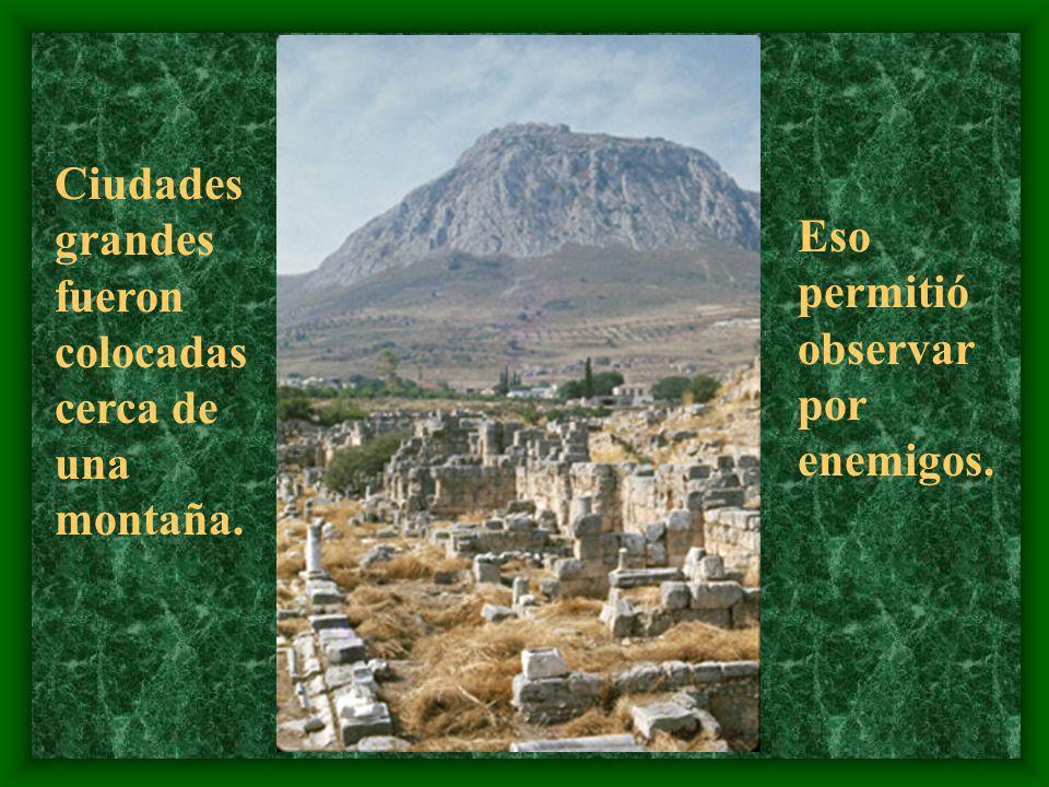 Ciudades grandes fueron colocadas cerca de una montaña.