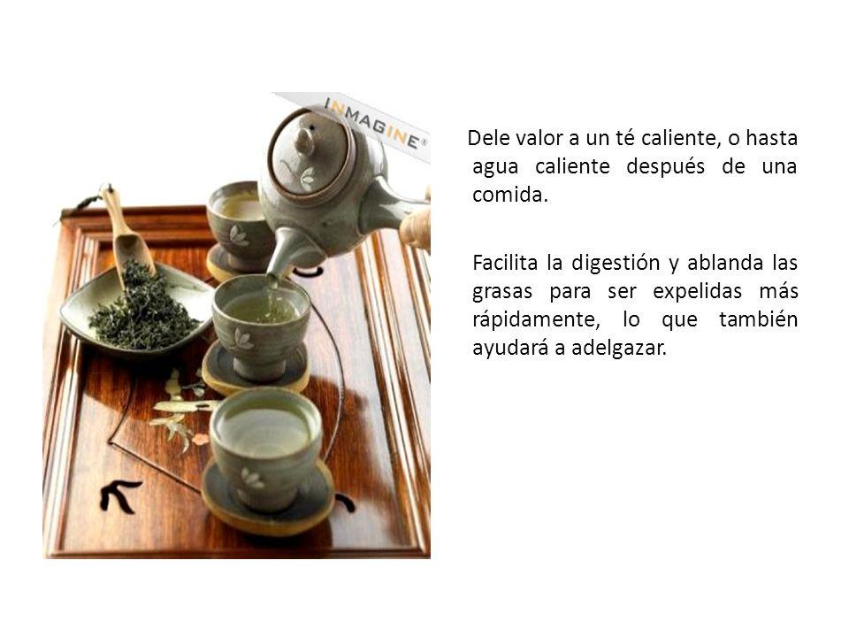 Dele valor a un té caliente, o hasta agua caliente después de una comida.