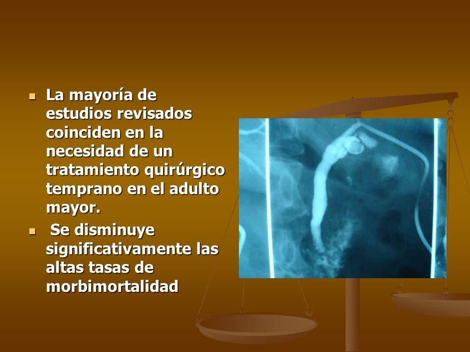 La mayoría de estudios revisados coinciden en la necesidad de un tratamiento quirúrgico temprano en el adulto mayor.