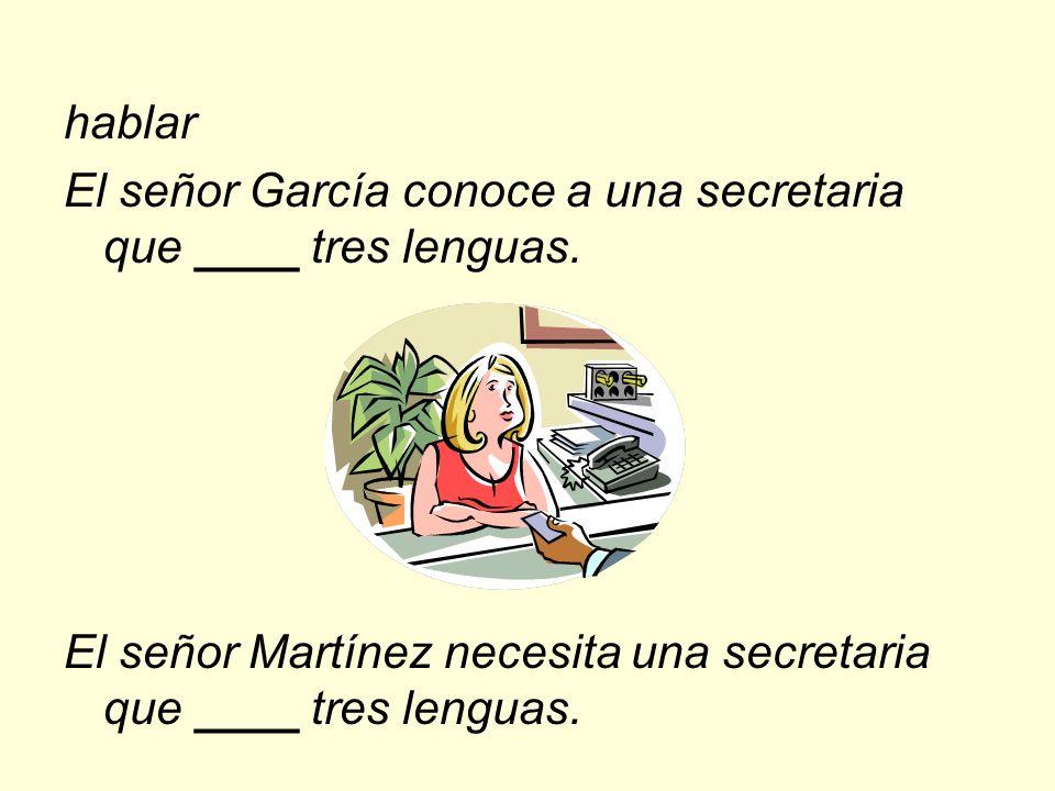 hablar El señor García conoce a una secretaria que ____ tres lenguas.
