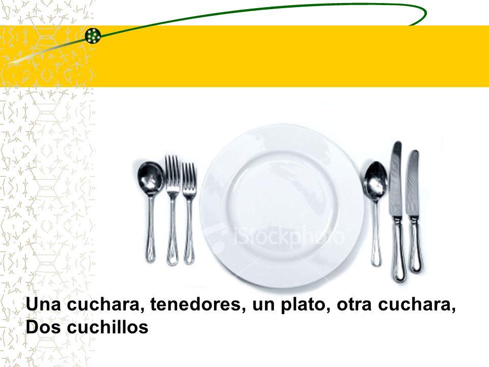 Una cuchara, tenedores, un plato, otra cuchara,