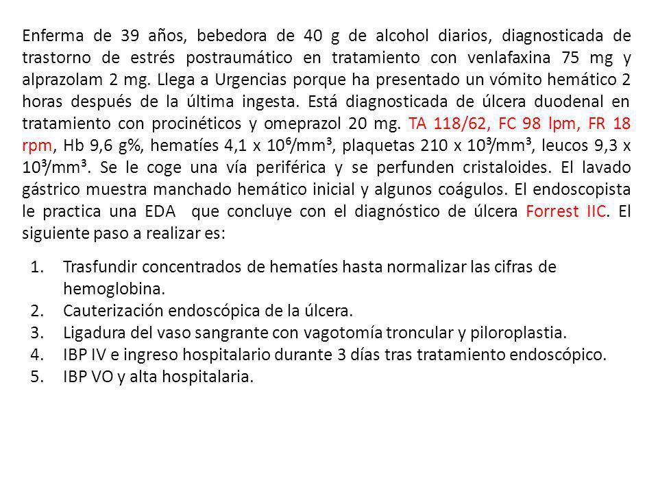 Enferma de 39 años, bebedora de 40 g de alcohol diarios, diagnosticada de trastorno de estrés postraumático en tratamiento con venlafaxina 75 mg y alprazolam 2 mg. Llega a Urgencias porque ha presentado un vómito hemático 2 horas después de la última ingesta. Está diagnosticada de úlcera duodenal en tratamiento con procinéticos y omeprazol 20 mg. TA 118/62, FC 98 lpm, FR 18 rpm, Hb 9,6 g%, hematíes 4,1 x 10⁶/mm³, plaquetas 210 x 10³/mm³, leucos 9,3 x 10³/mm³. Se le coge una vía periférica y se perfunden cristaloides. El lavado gástrico muestra manchado hemático inicial y algunos coágulos. El endoscopista le practica una EDA que concluye con el diagnóstico de úlcera Forrest IIC. El siguiente paso a realizar es:
