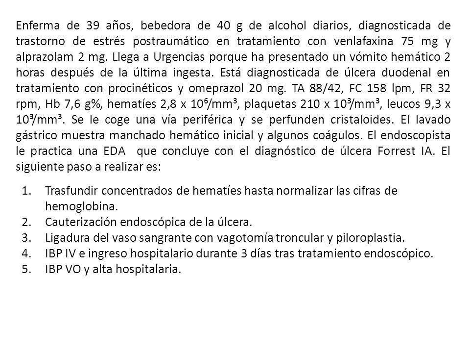 Enferma de 39 años, bebedora de 40 g de alcohol diarios, diagnosticada de trastorno de estrés postraumático en tratamiento con venlafaxina 75 mg y alprazolam 2 mg. Llega a Urgencias porque ha presentado un vómito hemático 2 horas después de la última ingesta. Está diagnosticada de úlcera duodenal en tratamiento con procinéticos y omeprazol 20 mg. TA 88/42, FC 158 lpm, FR 32 rpm, Hb 7,6 g%, hematíes 2,8 x 10⁶/mm³, plaquetas 210 x 10³/mm³, leucos 9,3 x 10³/mm³. Se le coge una vía periférica y se perfunden cristaloides. El lavado gástrico muestra manchado hemático inicial y algunos coágulos. El endoscopista le practica una EDA que concluye con el diagnóstico de úlcera Forrest IA. El siguiente paso a realizar es: