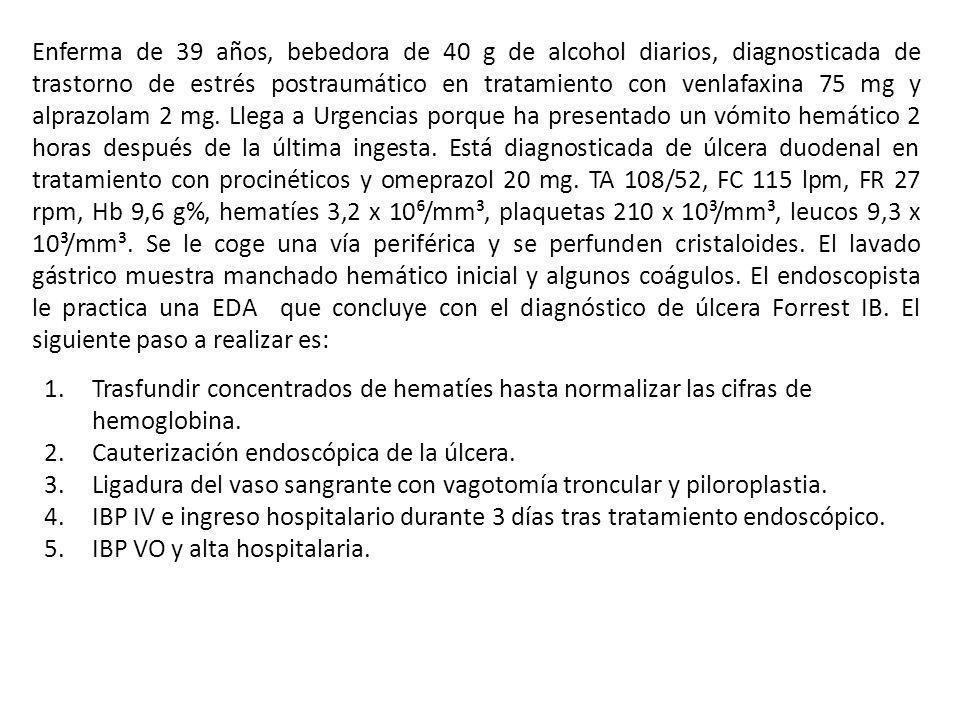 Enferma de 39 años, bebedora de 40 g de alcohol diarios, diagnosticada de trastorno de estrés postraumático en tratamiento con venlafaxina 75 mg y alprazolam 2 mg. Llega a Urgencias porque ha presentado un vómito hemático 2 horas después de la última ingesta. Está diagnosticada de úlcera duodenal en tratamiento con procinéticos y omeprazol 20 mg. TA 108/52, FC 115 lpm, FR 27 rpm, Hb 9,6 g%, hematíes 3,2 x 10⁶/mm³, plaquetas 210 x 10³/mm³, leucos 9,3 x 10³/mm³. Se le coge una vía periférica y se perfunden cristaloides. El lavado gástrico muestra manchado hemático inicial y algunos coágulos. El endoscopista le practica una EDA que concluye con el diagnóstico de úlcera Forrest IB. El siguiente paso a realizar es: