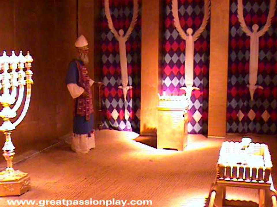El ephod exterior, con su tejido de oro, representa el Atziluth, el manto azul el mundo de Beriah, la túnica interior Yezirah, y el propio cuerpo físico es Asiah