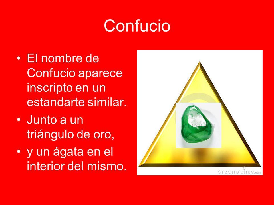 Confucio El nombre de Confucio aparece inscripto en un estandarte similar. Junto a un triángulo de oro,