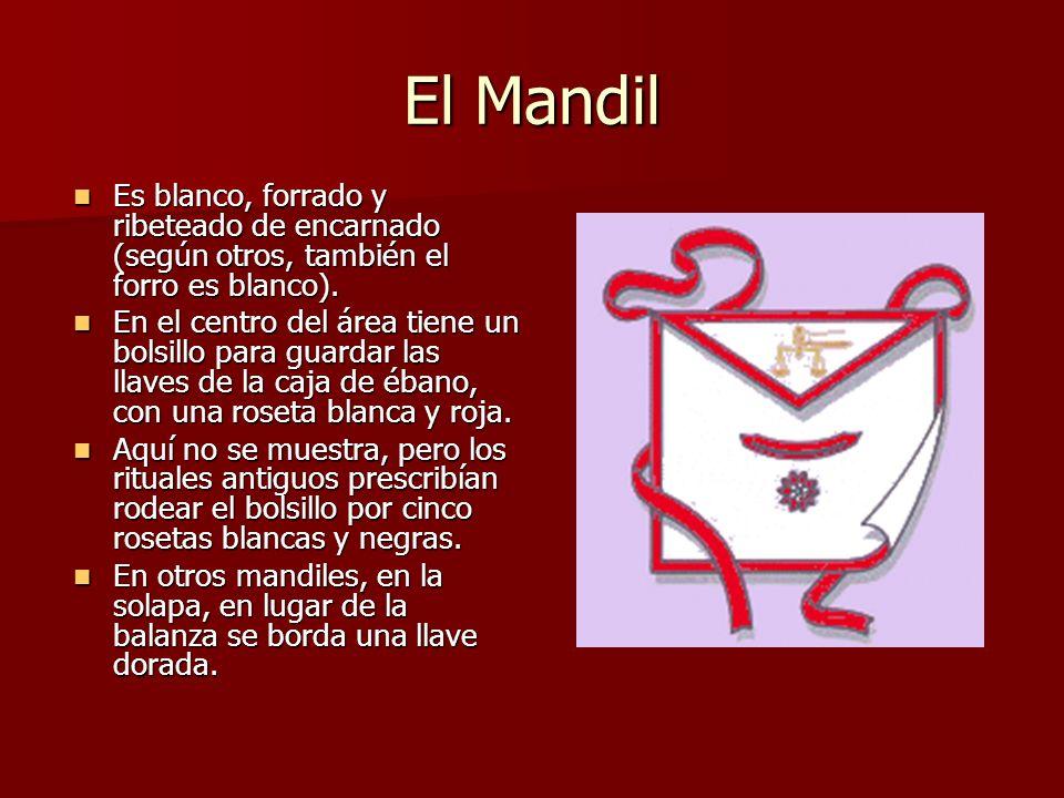 El Mandil Es blanco, forrado y ribeteado de encarnado (según otros, también el forro es blanco).