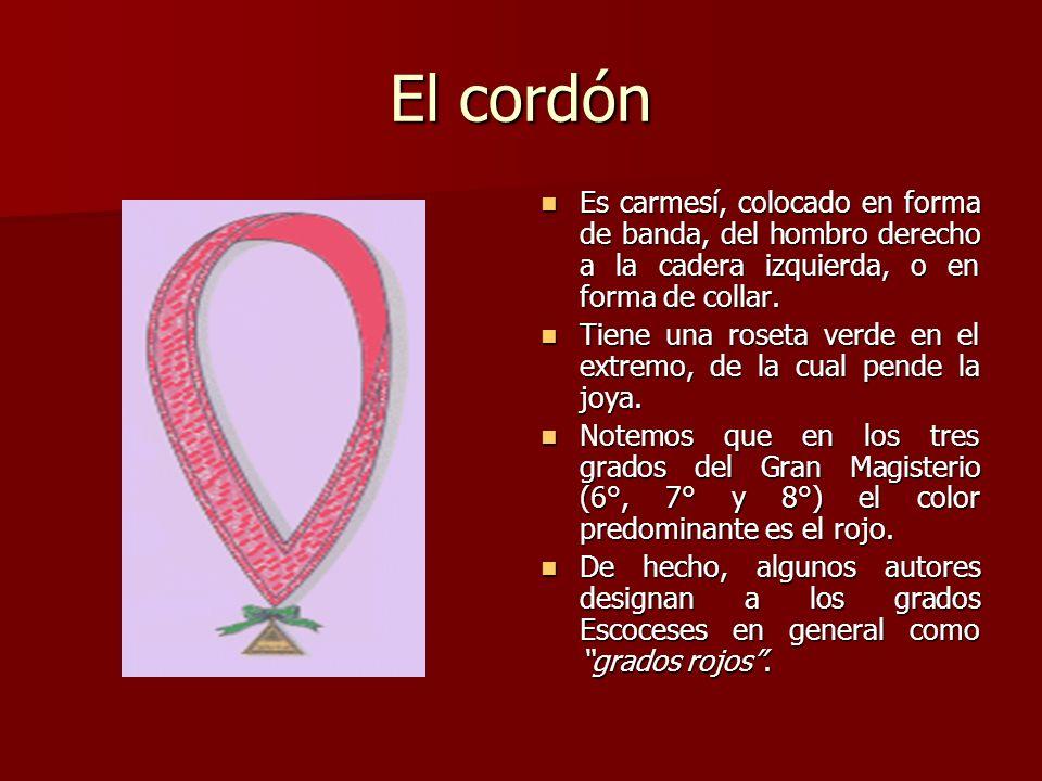 El cordón Es carmesí, colocado en forma de banda, del hombro derecho a la cadera izquierda, o en forma de collar.