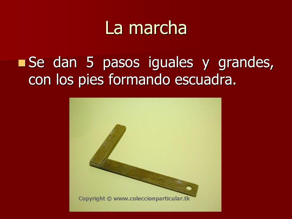 La marcha Se dan 5 pasos iguales y grandes, con los pies formando escuadra.