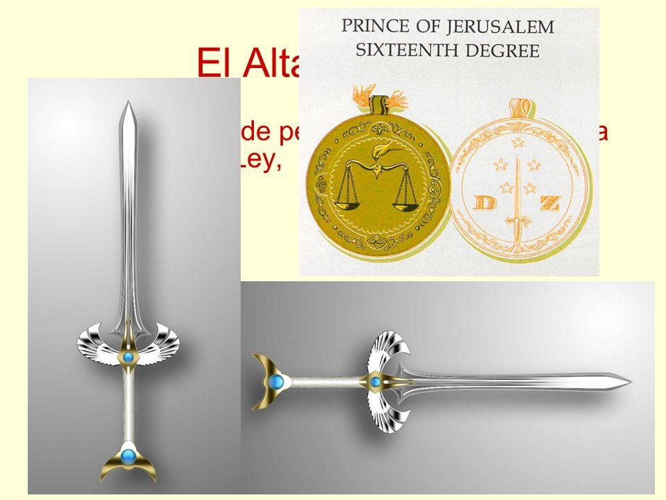 El Altar Central Tiene un rollo de pergamino, que representa el Libro de la Ley, una escuadra, un compás,