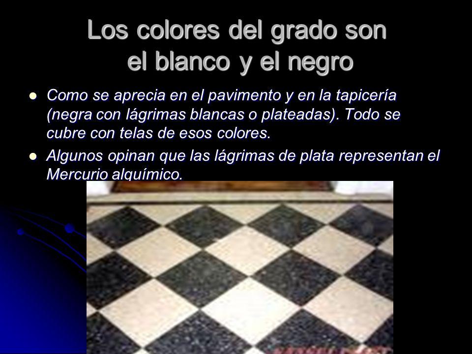 Los colores del grado son el blanco y el negro