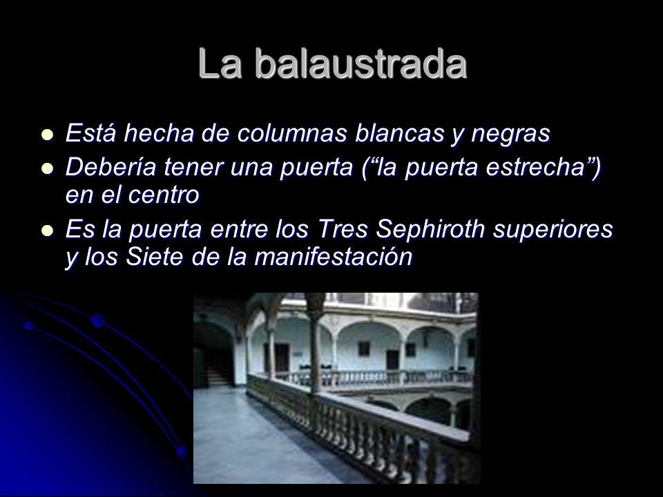 La balaustrada Está hecha de columnas blancas y negras