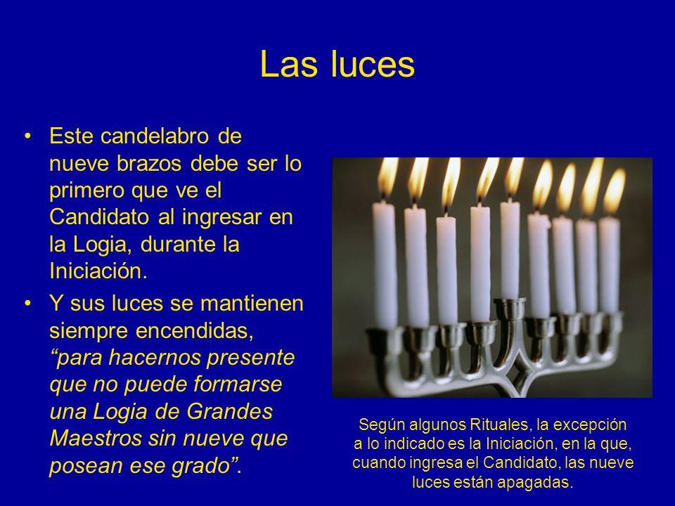 Las lucesEste candelabro de nueve brazos debe ser lo primero que ve el Candidato al ingresar en la Logia, durante la Iniciación.