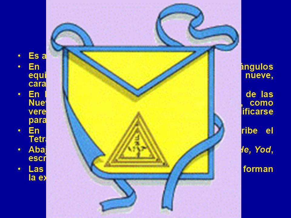 El Mandil Es amarillo, bordado y ribeteado con azul.