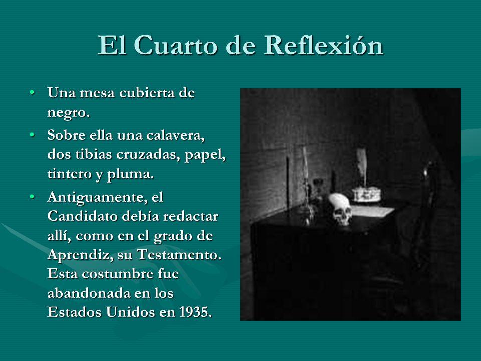 El Cuarto de Reflexión Una mesa cubierta de negro.