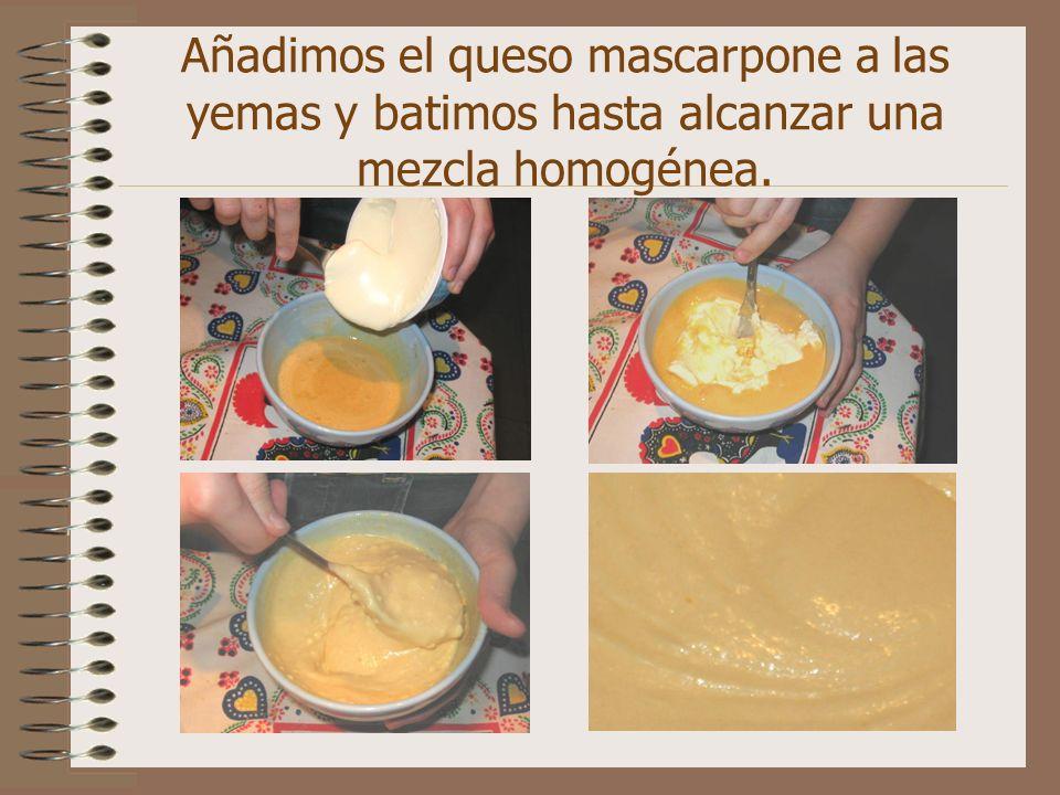 Añadimos el queso mascarpone a las yemas y batimos hasta alcanzar una mezcla homogénea.