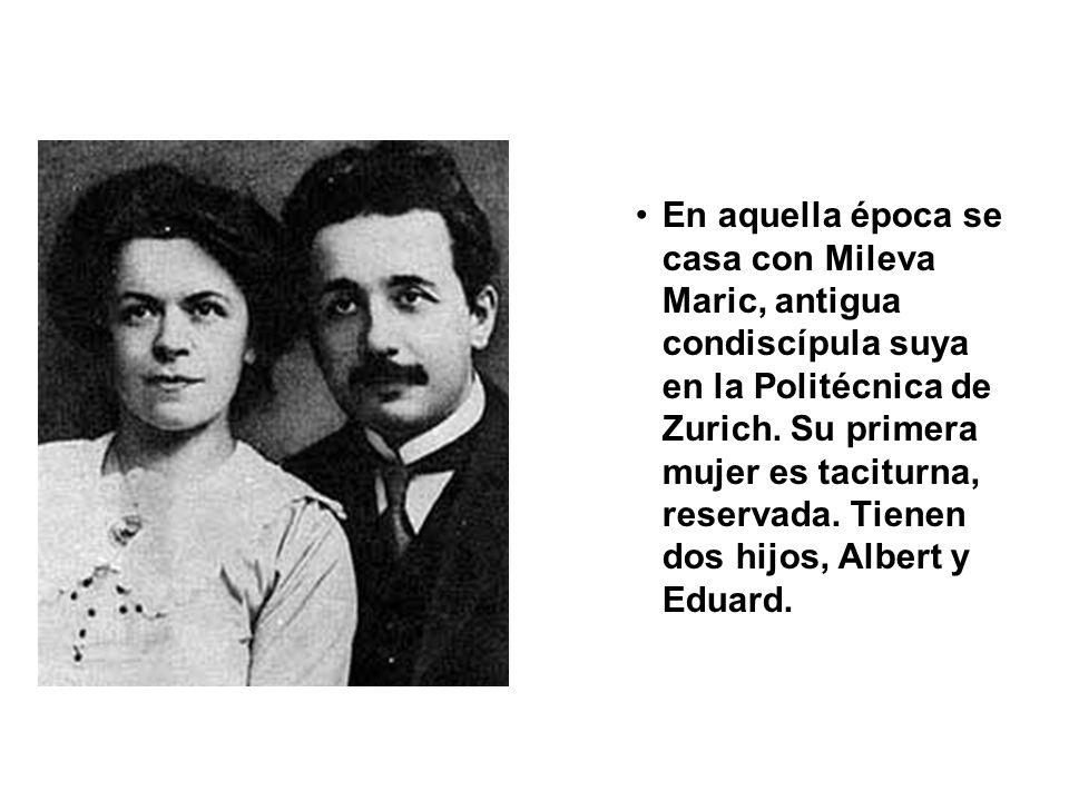 En aquella época se casa con Mileva Maric, antigua condiscípula suya en la Politécnica de Zurich.