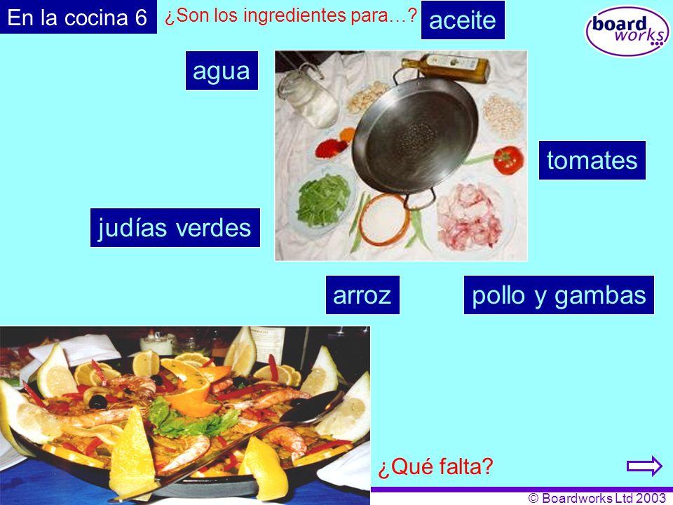 aceite agua tomates judías verdes arroz pollo y gambas En la cocina 6